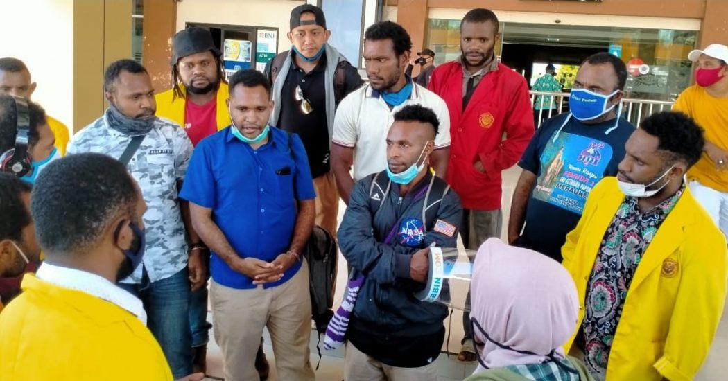 Koordinasi Lokasi pengantaran Tapol Alex Gobai, Ferry Kombo dan Irwanus Uropmabin oleh Penasehat Hukum (PH), bersama mahasiswa USTJ dan UNCEN. (Tim AlDP/foto)