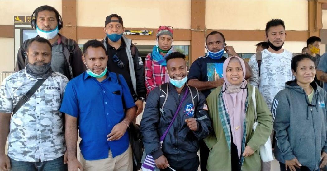 Penjemputan Tapol Balik Papan Alex Gobai, Ferry Kombo dan Irwanus Uropmabin oleh Tim Penasehat Hukum (PH). (Tim AlDP/foto)