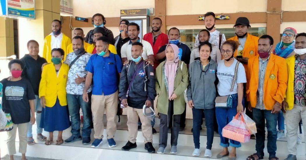 Tim penasehat hukum (PH), Alex Gobai, Ferry Kombo dan Irwanus Uropmabin, bersama ketiga keluarga para Tapol, serta mahasiswa USTJ dan UNCEN di Bandara Sentani Kabupaten Jayapura. (Tim AlDP/foto)
